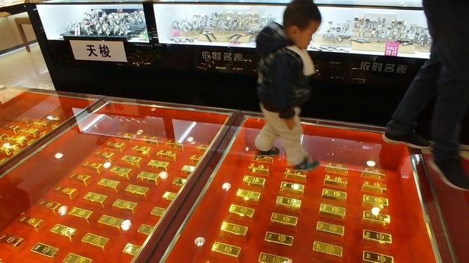 """Giá vàng SJC giảm 100 nghìn đồng, """"trôi"""" theo thế giới"""