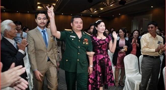 Hình ảnh 'các vị đại tá' xuất hiện tại các đại hội hoa hồng khiến nhiều người lầm tưởng đây là công ty của Bộ Quốc phòng. Trong ảnh là Lê Xuân Giang (người mặc quân phục), Chủ tịch HĐQT Công ty Liên kết Việt