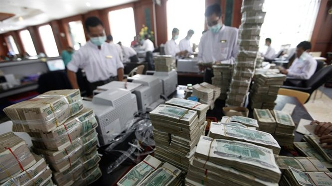 Thủ quỹ đang kiểm tiền tại một ngân hàng tư nhân ở TP Yangon, Myanmar. Ảnh: Reuters