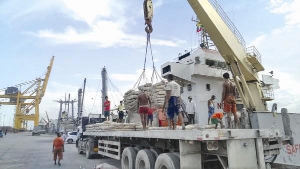 Xếp dỡ hàng hóa tại cảng Yangon, Myanmar. Ảnh: LA QUANG TRÍ