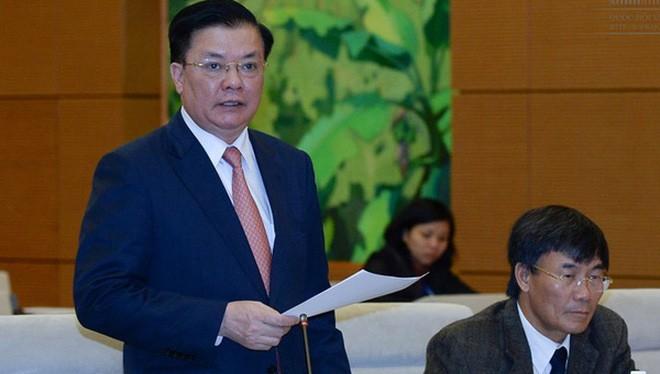 Bộ trưởng Bộ Tài chính Đinh Tiến Dũng trình bày báo cáo tại phiên họp.