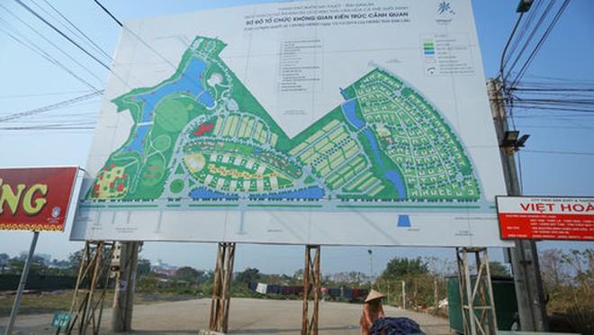 Phía sau tấm bảng giới thiệu về không gian kiến trúc cảnh quan của dự án khu du lịch sinh thái - văn hóa cà phê Suối Xanh là bãi giữ xe! - Ảnh: Tiến Thành