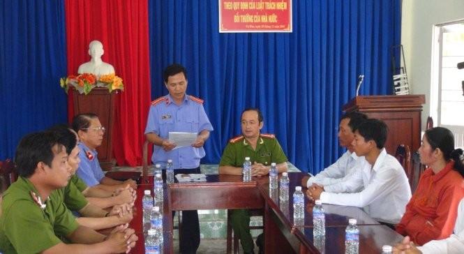 Đại diện Viện kiểm sát Cà Mau xin lỗi em Phạm Chí Nguyễn (sinh năm 1997, xã Nguyễn Phích, huyện U Minh) vì truy tố oan tội hiếp dâm - Ảnh: Tấn Thái.