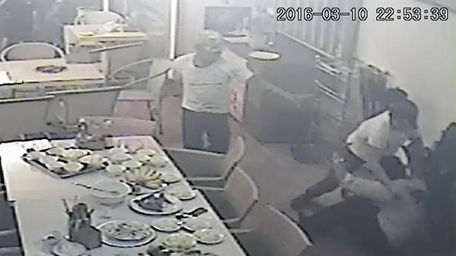 Hình ảnh từ camera tại nhà hàng ghi lại hình ảnh ông Phụng bị chém