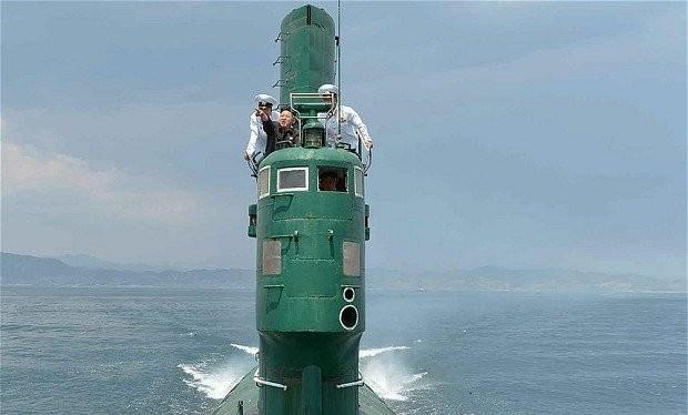 Nhà lãnh đạo Kim Jong Un đang thị sát ở một tàu ngầm của CHDCND Triều Tiên - Ảnh: KCNA.
