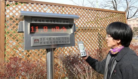 Một nhân viên phòng thí nghiệm của Viện An ninh hạt nhân tại Hàn Quốc ở Gangneung phía Đông Seoul đang kiểm tra nồng độ phóng xa trong không khí sau khi Triều Tiên tuyên bố thử thành công bom nhiệt hạch hồi tháng 1. Ảnh tư liệu: Yonhap.