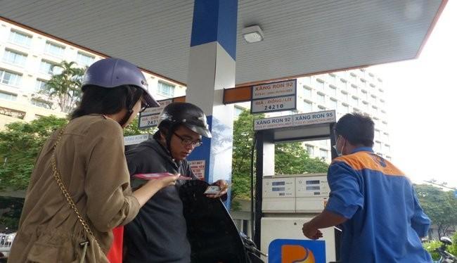 Hôm 19-3, người dân vẫn đang mua xăng dầu với mức giá chưa thay đổi, cho dù về lý thuyết giá vốn đã thay đổi. Ảnh:TL
