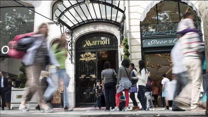 Du khách Trung Quốc trước khách sạn Marriott ở New York. Tập đoàn Trung Quốc đã hất cẳng được Marriott trong thương vụ mua Starwood - Ảnh: AFP