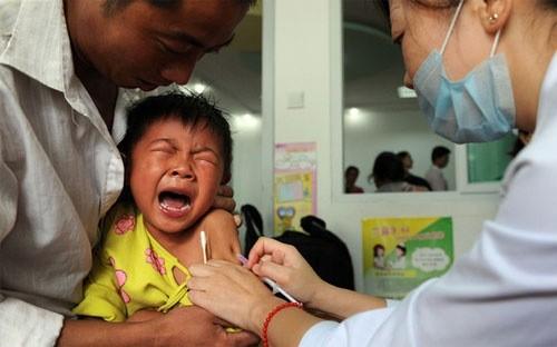 Hiện cơ quan chức năng Trung Quốc chưa công bố có bệnh nhân nào thiệt mạng hay phát bệnh vì bị tiêm vaccine không đảm bảo tiêu chuẩn trong vụ ở Sơn Đông - Ảnh: Financial Times/Getty.