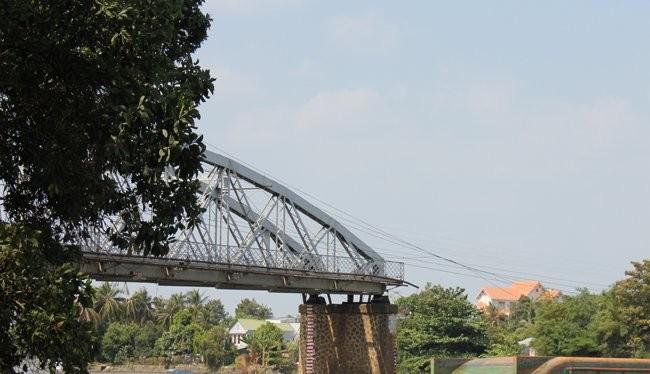 Nhiều ý kiến cho rằng nếu như cầu Ghềnh có trụ chống va thì có thể cầu đã không bị sập - Ảnh: Anh Quân
