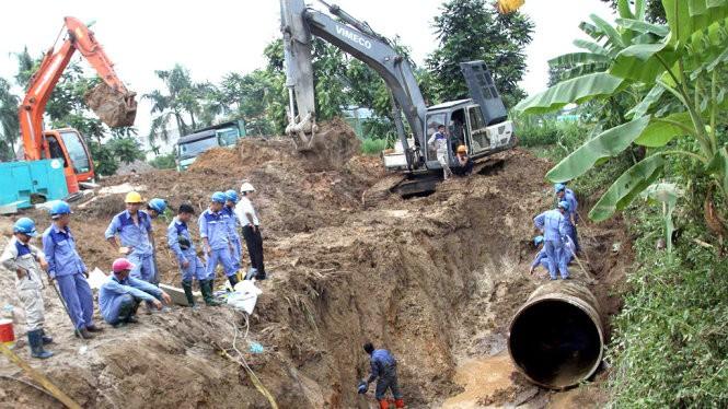 Khắc phục sự cố vỡ đường ống nước sông Đà lần thứ 13 ở Hà Nội - Ảnh: Tuấn Anh