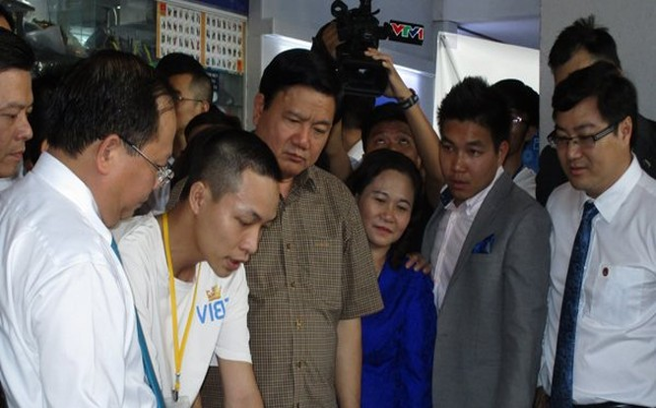 Bí thư Thành ủy Đinh La Thăng và các lãnh đạo TP.HCM tham quan gian trưng bày sản phẩm của một nhóm khởi nghiệp tại Nhà văn hóa Thanh niên TP.HCM. Ảnh: Chính Phong.
