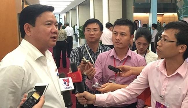 Ông Đinh La Thăng trả lời phỏng vấn báo chí bên hành lang Quốc hội. Ảnh minh họa