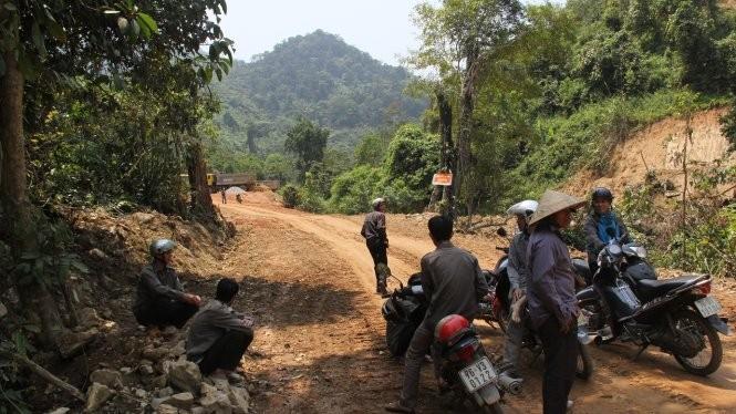 Lực lượng kiểm lâm ứng trực ở khu vực đường dẫn vào nhà máy thủy điện Đăk Re - Ảnh: Trần Mai