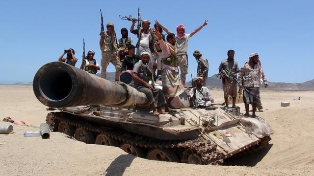 """Video: Chỉ với B-41, Houthi """"làm cỏ"""" cả tiểu đoàn thiết giáp Arab Saudi"""