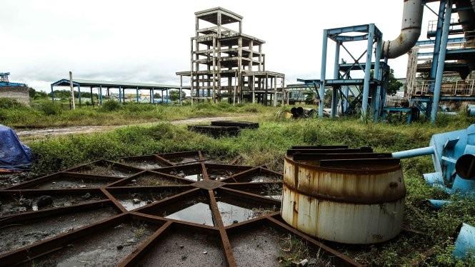 """Cỏ dại mọc um tùm tại dự án mở rộng Nhà máy gang thép Thái Nguyên giai đoạn hai, nhiều thiết bị tại dự án này đang có dấu hiệu bị gỉ sét sau nhiều năm """"đắp chiếu"""" - Ảnh: Nguyễn Khánh"""