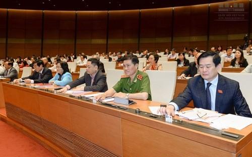 Đại biểu bấm nút thông qua nghị quyết điều chỉnh kế hoạch sử dụng đất đến 2020.