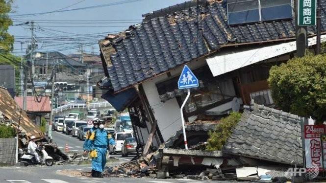 Lực lượng cứu hộ đang có mặt ở khu vực Mashiki, tỉnh Kumamoto để tìm kiếm nạn nhân còn sống sót sau hai trận động đất liên tiếp - Ảnh:AFP