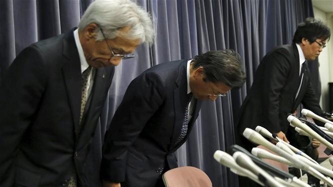 Chủ tịch Mitsubishi Motors Tetsuro Aikawa (giữa) cùng hai lãnh đạo khác của Mitsubishi cúi đầu xin lỗi tại cuộc họp báo ở Tokyo ngày 20-4. Ảnh: Reuters