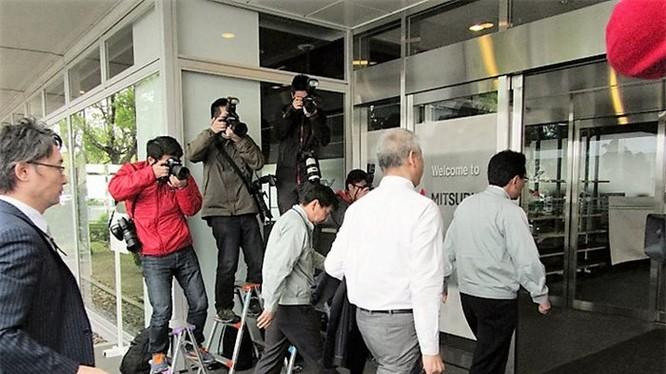 Các quan chức Bộ Giao thông đi vào nhà máy hãng xe Mitsubishi Motors ở thành phố Okazaki, tỉnh Aichi, Nhật Bản ngày 21-4. Ảnh: Getty