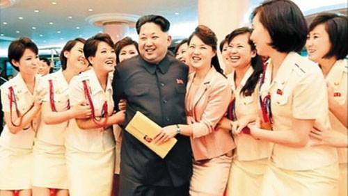 Ông Kim Jong-un được các thành viên nhóm nhạc nữ Moranbong vây quanh. Ảnh: Chosun Ilbo