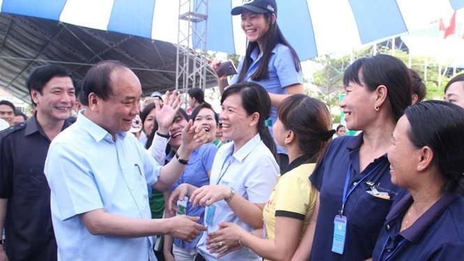 Thủ tướng thăm hỏi, động viên công nhân Ảnh: Lê Lâm