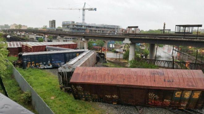 Tàu hỏa trật bánh khiến nhiều toa tàu bị lật, gây rò rỉ hóa chất. ((Nguồn: washingtoncitypaper.com)