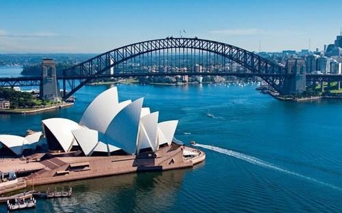 Diễn biến thị trường nhà đất tại Sydney và Melbourne những năm gần đây cho thấy giá nhà đất thường tăng chóng mặt khi chính sách tiền tệ được nới lỏng - Ảnh: Bloomberg.