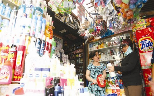 Dù đang có sự dịch chuyển mua sắm từ chợ, cửa hàng tạp hóa vào cửa hàng tiện lợi và siêu thị nhưng nhìn một cách tổng thể, số lượng cửa hàng tạp hóa và chợ trong nước vẫn còn rất lớn, do đó, chi tiêu ở kênh mua sắm truyền thống này vẫn cao. Ảnh: MINH KHUÊ