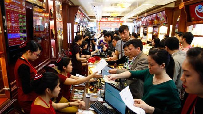 Theo Hiệp hội Kinh doanh vàng VN, lượng vàng trong dân hiện nay còn rất lớn, ước tính khoảng 500 tấn (ảnh chụp người dân chen nhau, xếp hàng vài giờ để mua vàng ngày vía Thần Tài) - Ảnh: Nguyễn Khánh