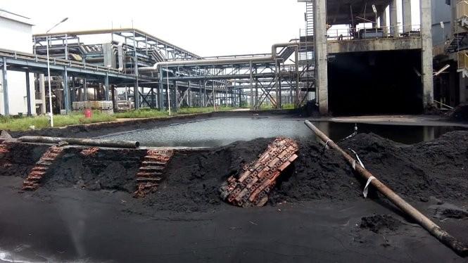 Sạt lở đọng nước trong khuôn viên nhà máy 11.000 tỉ - Ảnh: Đức Minh