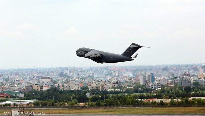 Sáng 22/5, Boeing hạng nặng C-17 Globemaster III của không quân Mỹ tiếp tục đáp xuống sân bay Tân Sơn Nhất để chở hàng hoá và thiết bị cho chuyến thăm của Tổng thống Obama tại TP HCM.