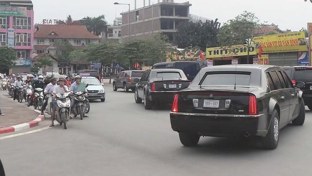 Hai siêu xe Cadillac One giống hệt nhau rời khách sạn lúc 16h ngày 22/5.