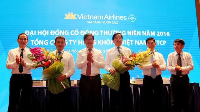 HĐQT cảm ơn Ông Phạm Viết Thanh sau khi Ông từ nhiệm Chủ tịch HĐQT và chúc mừng Ông Dương Trí Thành đã trúng cử vào HĐQT TCT HKVN nhiệm kỳ 2015-2020