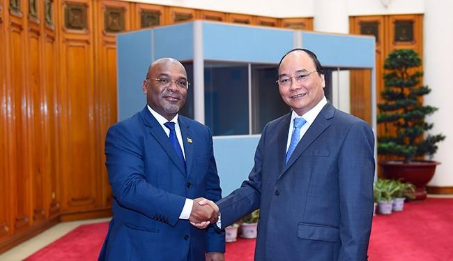 Thủ tướng Chính phủ Nguyễn Xuân Phúc tiếp Bộ trưởng Giao thông và Viễn thông Cộng hòa Mozambique, ông Carlos Alberto Fortes Mesquita.
