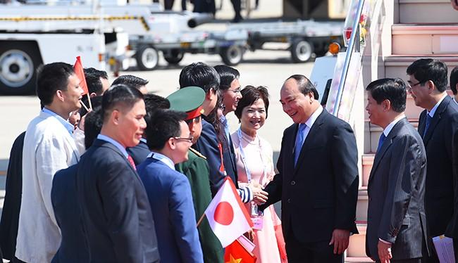 Kiều bào ta tại Nhật Bản đón Thủ tướng tại sân bay Chubu-Nagoya.