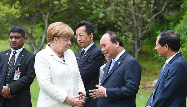 Thủ tướng Việt Nam và Thủ tướng Đức trao đổi bên lề hội nghị.