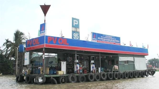 Giá xăng dầu vừa được điều chỉnh tăng mạnh cũng là yếu tố tác động lên thị trường tiền tệ. Trong ảnh là một cây xăng di động trên sông Tiền. Ảnh: Hồng Phúc