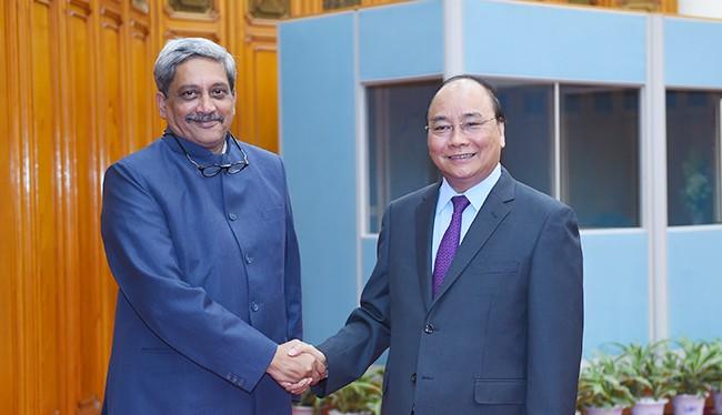 Thủ tướng Nguyễn Xuân Phúc và Bộ trưởng Quốc phòng Ấn Độ Manohar Parrikar - Ảnh: VGP/Quang Hiếu