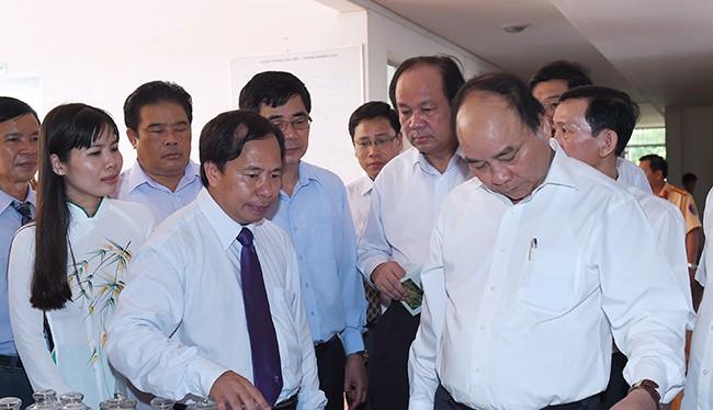Thủ tướng Chính phủ Nguyễn Xuân Phúc tới thăm và làm việc với lãnh đạo, cán bộ của Viện lúa Đồng bằng sông Cửu Long.