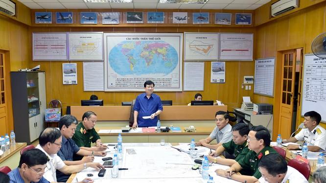 Phó Thủ tướng Chính phủ Trịnh Đình Dũng, Chủ tịch Ủy ban Quốc gia tìm kiếm cứu nạn làm việc với Sở Chỉ huy công tác cứu nạn của Bộ Quốc phòng.