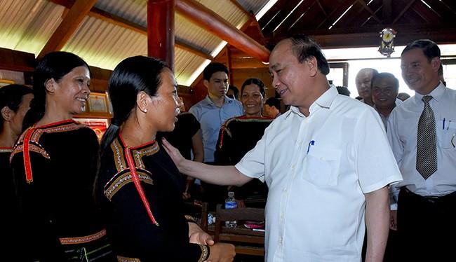 Thủ tướng Chính phủ Nguyễn Xuân Phúc thăm hỏi, lắng nghe tâm tư, nguyện vọng của bà con dân tộc Đăk Lăk.