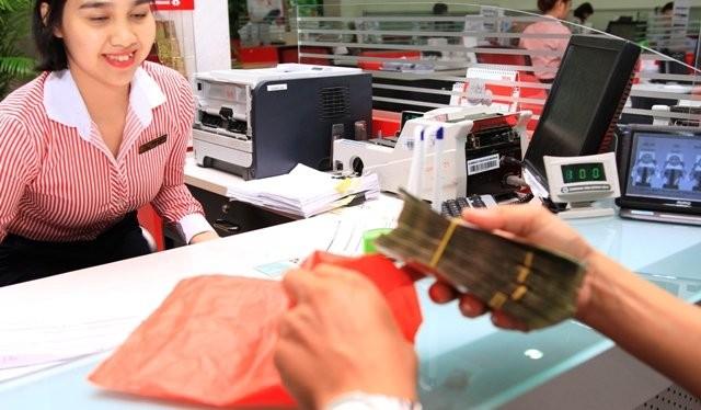 Giao dịch tín dụng tại Ngân hàng Techcombank. Ảnh Thành Hoa