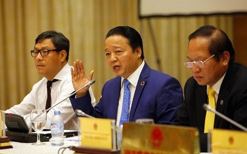 Bộ trưởng Bộ Tài nguyên và Môi trường Trần Hồng Hà (giữa) đồng chủ trì buổi họp báo công bố nguyên nhân cá chết tại miền Trung, chiều 30/6.