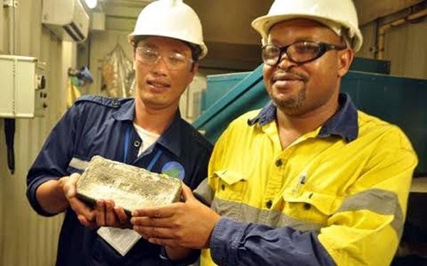 Một thỏi vàng thành phẩm khai thác tại mỏ vàng Phước Sơn nặng 5 kg.