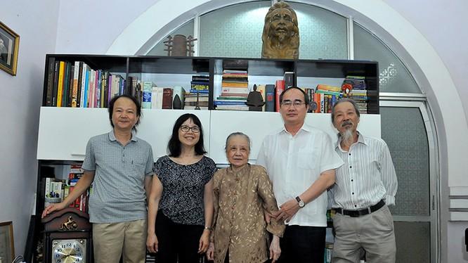Chủ tịch Ủy ban Trung ương MTTQ Việt Nam Nguyễn Thiện Nhân và gia đình cố nhạc sĩ Văn Cao. Ảnh: VGP/Hoàng Long