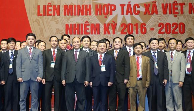 Thủ tướng chụp ảnh cùng các đại biểu tham dự Đạ hội toàn quốc Liên minh Hợp tác xã Việt Nam.
