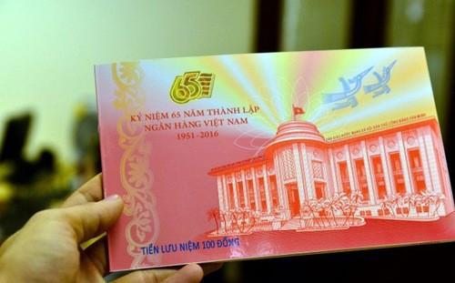 Một mẫu tiền lưu niệm được phát hành trong dịp kỷ niệm 65 thành lập ngành ngân hàng Việt Nam - Ảnh: LĐTĐ.