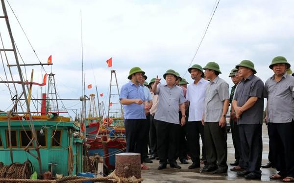 Phó Thủ tướng Trịnh Định Dũng đi kiểm tra công tác phòng chống bão ở Thái Bình sáng nay.