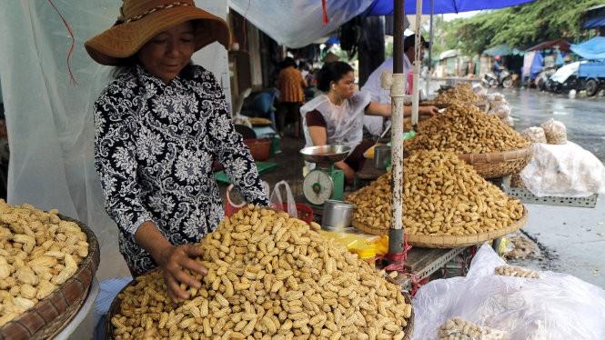 Với gia bán cao gấp nhiều lần đậu phộng nhập khẩu, đậu phộng VN rất khó cạnh tranh. Trong ảnh: đậu phộng được bán tại TP.HCM - Ảnh: NGỌC DƯƠNG